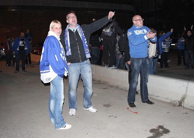 » další foto: Modrobílé hloučky očekávající návrat hokejistů z Plzně
