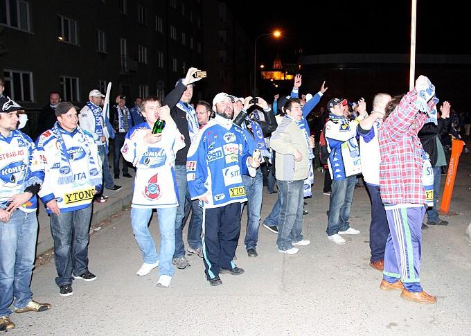 » další foto: Už jsou tady. Autobus vítán šampaňským.