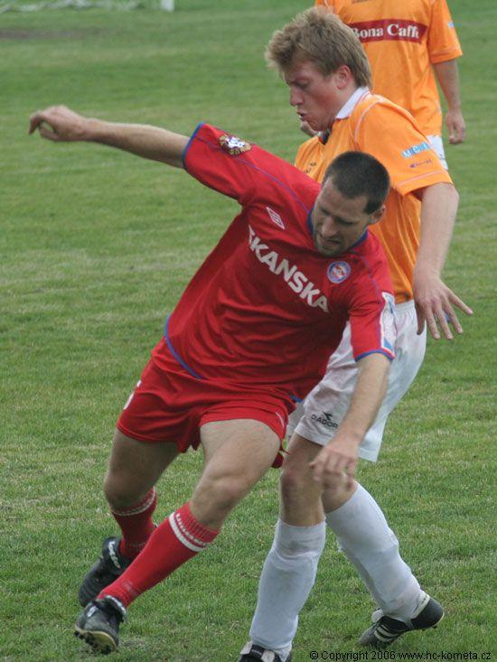Martin Vyrùbalík v jednom ze soubojù o míè