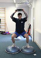 Petr Haluza - cvièení na kombinaci posilování a rovnováhy.