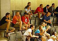 Zleva vedoucí týmy Ota Železný, kustod Petr Ondráèek, marketingová øeditelka Hana Novotná, hlavní trenér Zdenìk Venera, asistent trenéra Lubomír Oslizlo a pod nimi sporotovní øeditel Komety Pavel Zubíèek. Všichni sledují utkání Mannheim - Pardubice