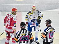 Kapit�ni obou t�m�, Radek Bonk a Petr Hub��ek