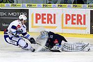 Martin Erat vidí Jánem Lašákem ne zcela pøikrytý puk, pøi pokusu o jeho dobytí zajede do Jána Lašáka, soupeøem je pak mimo hru sražen na led a dnešní utkání nedohrává.