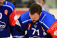 Zakrvácený Tomáš Malec, jenž inkasoval holí do oblièeje, utkání nedohrál.